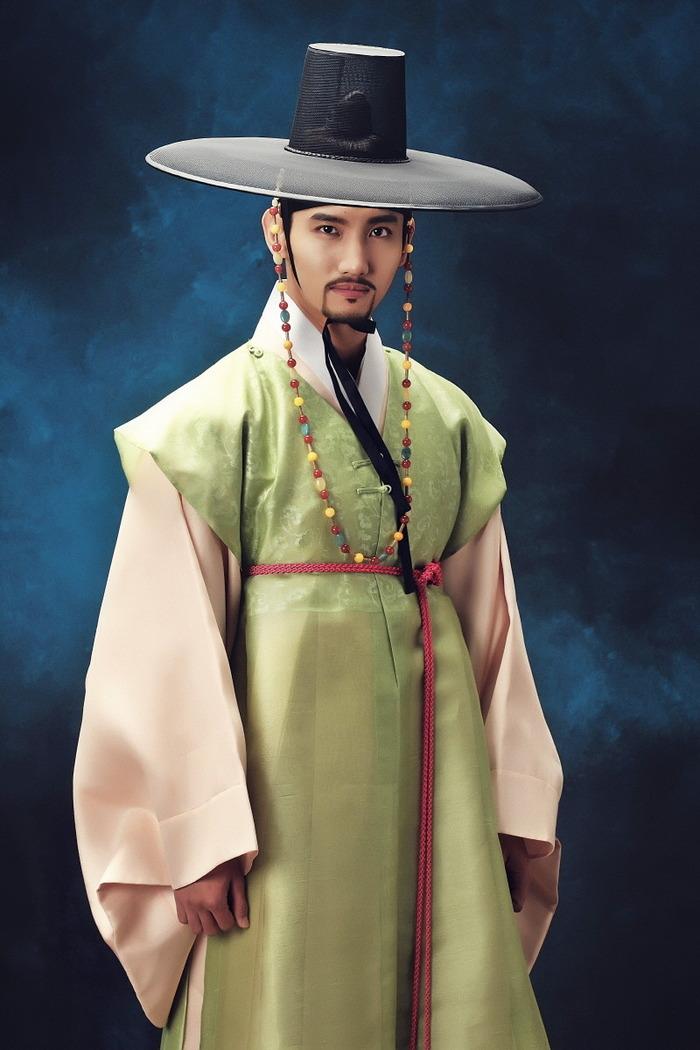 堅い目つきと威厳ある姿で世子(セジャ)イ・ユン のキャラクターを表わした