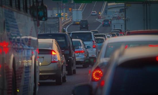渋滞で混雑する道路