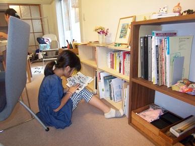奈昌書道教室・床に座って読書