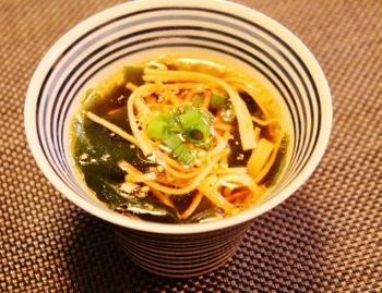 速攻完成!カニカマとワカメの中華風スープ (350x269)