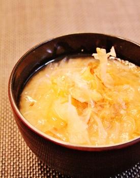 鰹節タップリ玉ねぎのお味噌汁 (275x350)