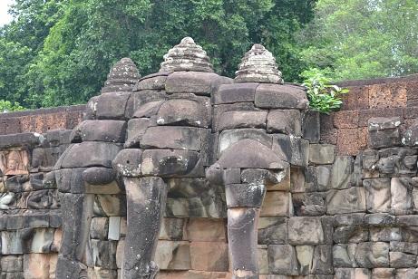 象のテラス 三つの頭の象