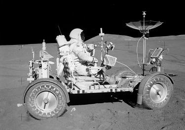 月面を走行するLRV
