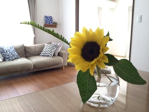 リビング 夏 北欧インテリア ヒマワリ 向日葵 無印良品 ガラスフラワーベース 凸型ボトム