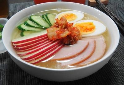 お昼は韓国冷麺