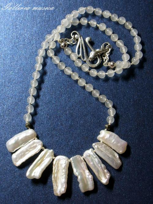 琵琶型淡水真珠のネックレス。2