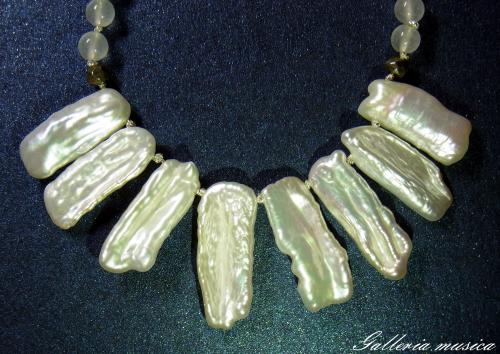 琵琶型淡水真珠のネックレス。1