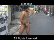道の真ん中で素っ裸になりオナニーする男