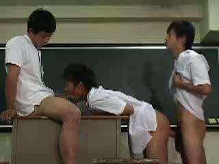 男子高校生達が放課後に教壇で3Pセックス