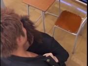 高校の教室で茶髪の高校生2人がちんぐり返し