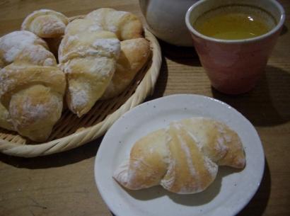 手作りパン(三日月パン)