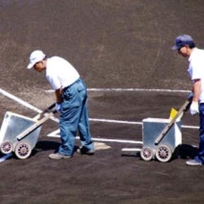 ライン引きをしてる後ろから土を引く