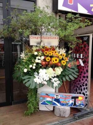 8月の大型アレンジメント-夏の暑さにまけないお花を選んでみました