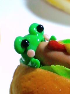 ホットドッグにかぶりつくカエルのアップ