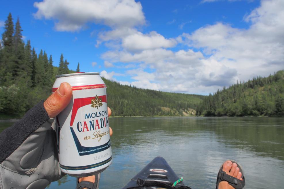 201507ユーコン川でビール