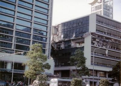 地震直後の2号館