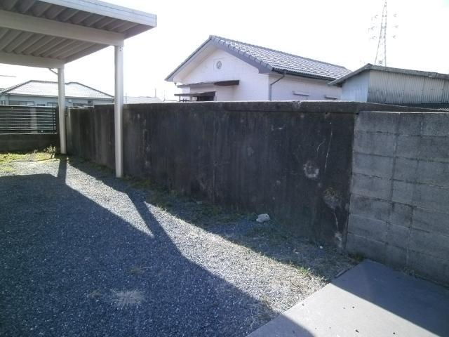 笠之原弾痕のある塀