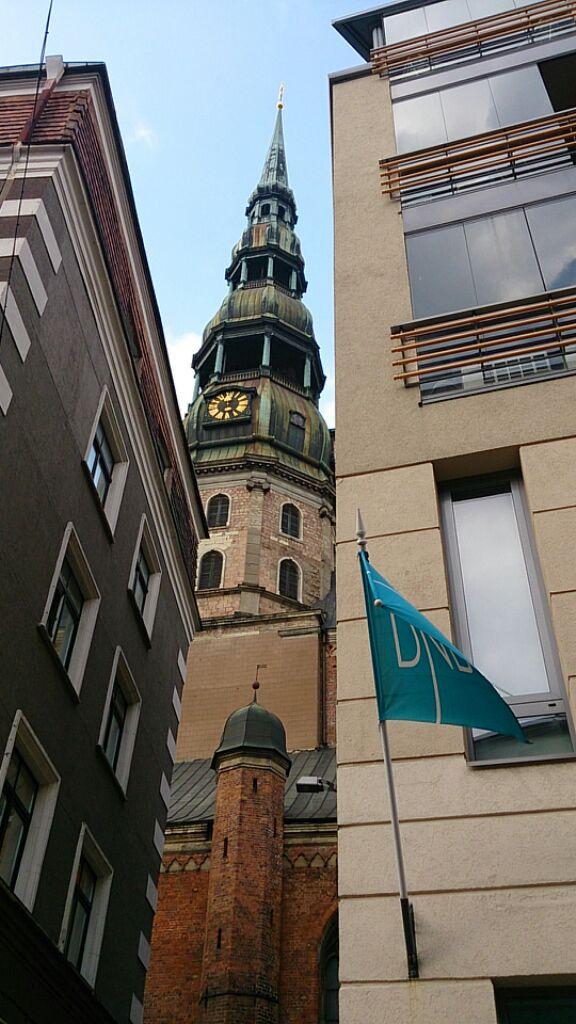 建物の間からの塔