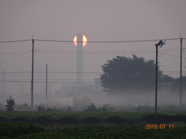 クリーンセンターの煙突と太陽1