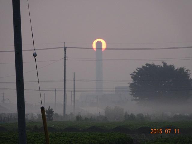クリーンセンターの煙突と太陽2