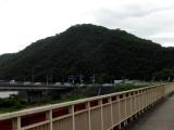 国道31号 駅前通り宇甘川橋から 眺める臥龍山