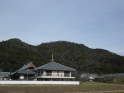 光宗寺と加治田城跡(後方の山)