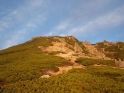 朝日に染まる山頂