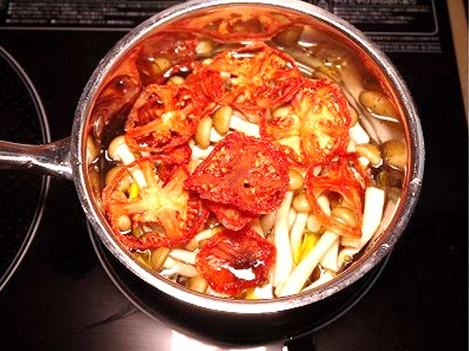 ドライトマトを入れて煮ます