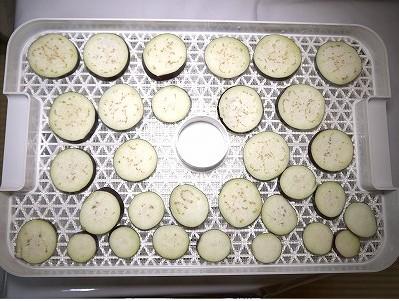 食品乾燥機ドラミニのトレイにナスを並べる