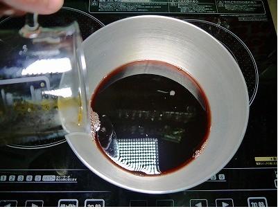 赤ワイン、醤油を入れます