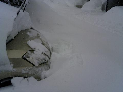 クルマの前の雪。