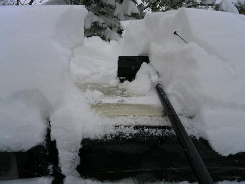 クルマの屋根の雪 やーねー。