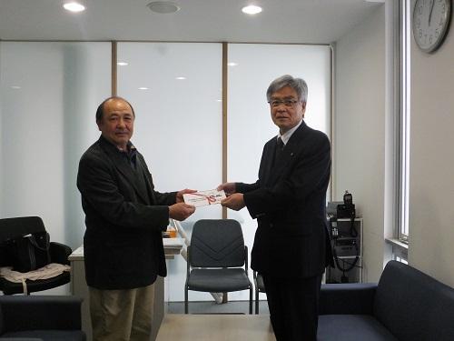小糸製作所の石川副工場長さんから大石区長に寄贈品の目録を贈呈していただきました。