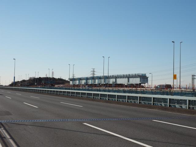 市川大橋上。なにやら置いてあります。