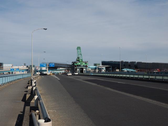 湾岸線から外環への流出ランプ部等。一般部は1車線だけで交通容量足りるのかな?