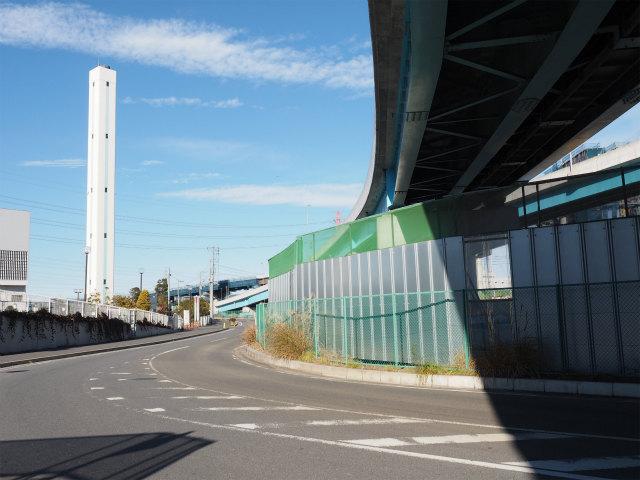 青い塗装が一般部。奥で茶色の塗装が施されているのが、高速道路部。