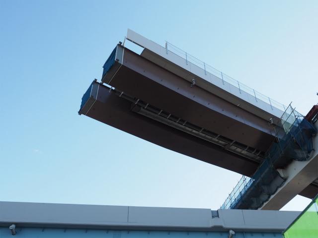上を見上げます。途中まで架設中の外環へのランプ。