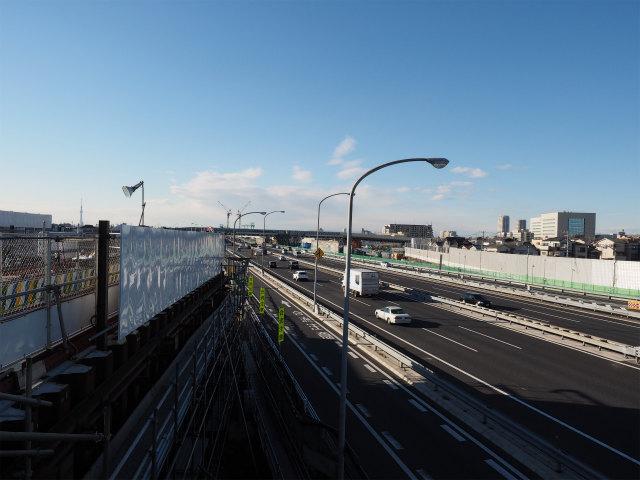 市川浦安線から都内方面を。往復6車線で江戸川を挟む区間は無料ですから、交通量は一日12万台。少しでも工事で悪影響が出たら大事なので時間がかかります。