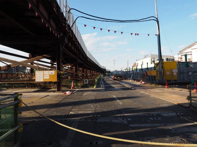 工事区間が続きます。作業用の高架道路もひたすら続きます。
