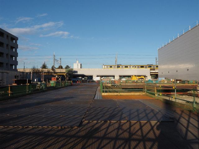 総武線との交差部。白い部分は架け替えた高架橋。