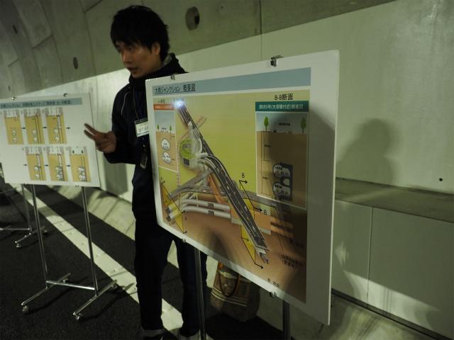 首都高の方が大橋JCTのシールド部分を説明されています。黒いユニホームがかっこいい。
