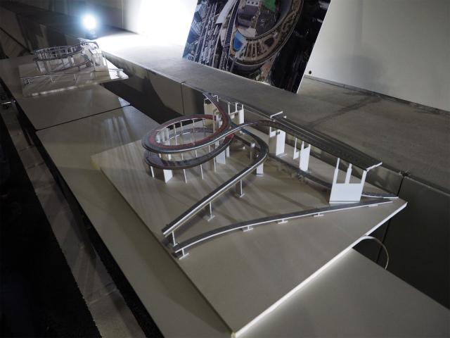 大橋JCT。左側が湾岸方面。地上35メートル、最深部分で地下36メートル。高低差71メートルあります。