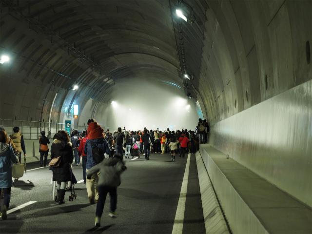 トンネル内が真っ白。