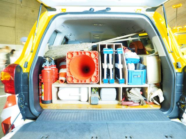 巡回車の中。いろんなものを積んでますね。