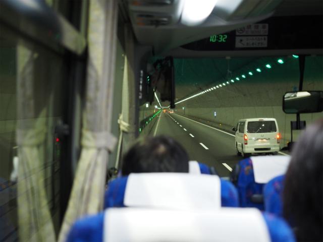 産廃トンネル。左側にペースマーカーが点灯しています。