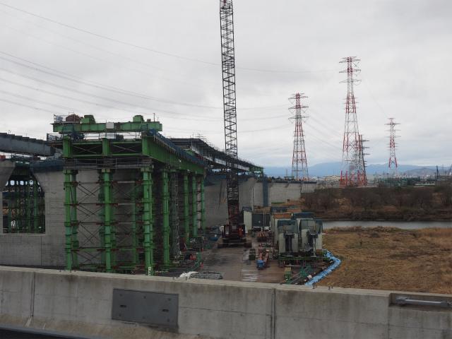 上流側。緑色の架台上で桁を組み立ててつないでいます。