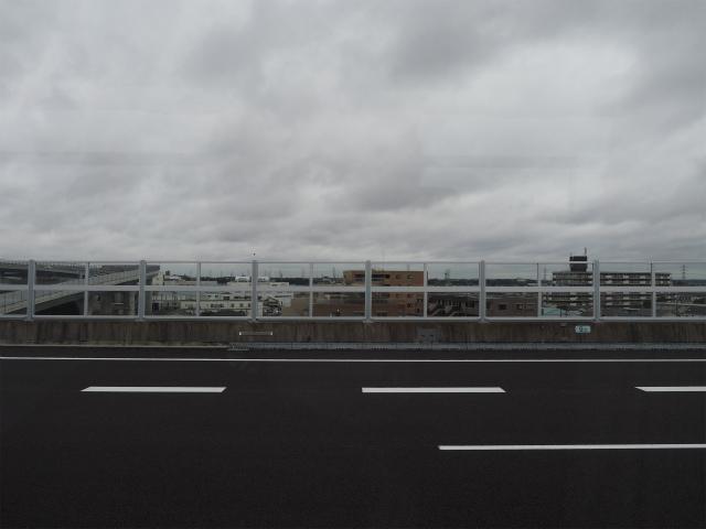 東名本線上は架設されてから随分経過しているためか、雨で濡れている以外にも経年が感じられます。