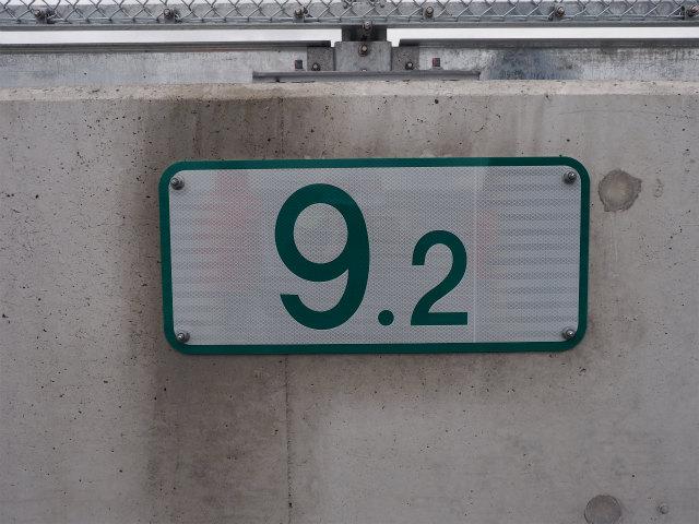 キロポスト板。最近は路線によってあったりなかったり。事故や故障などで通報する際の目印になります。