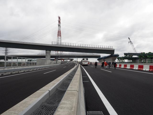 圏央道本線上を通過する新東名とのランプ。右側の相模川では架橋工事が佳境に入っています。