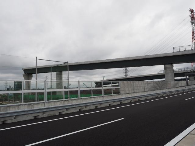 圏央道が開通するために、圏央道上を優先して架設したようです。